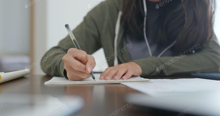 Student Studie auf dem Papier Notiz zu Hause