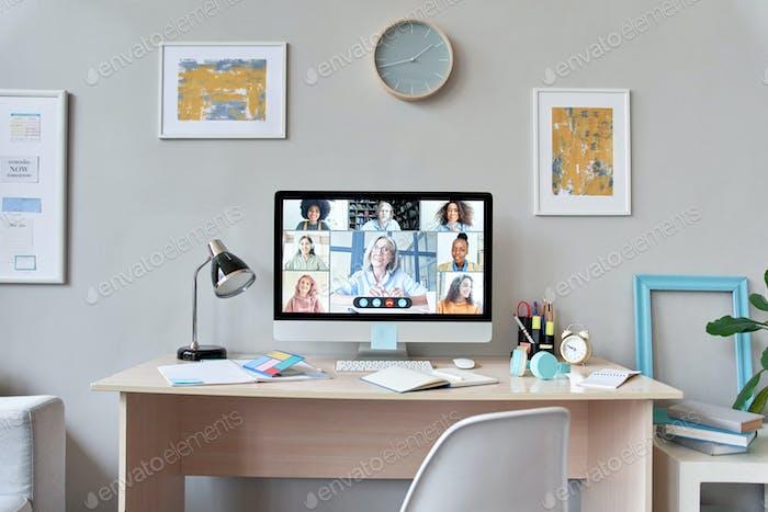 Mesa de inicio con monitor de ordenador grupo a distancia lección en línea.