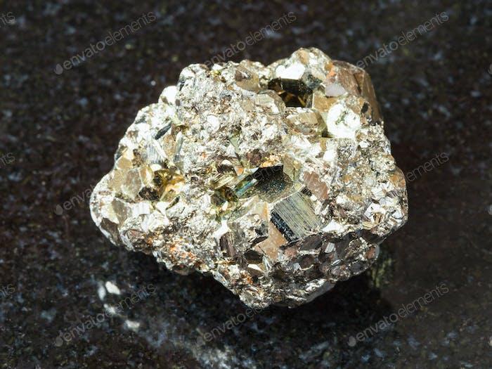roher Eisen-Pyritstein auf schwarz