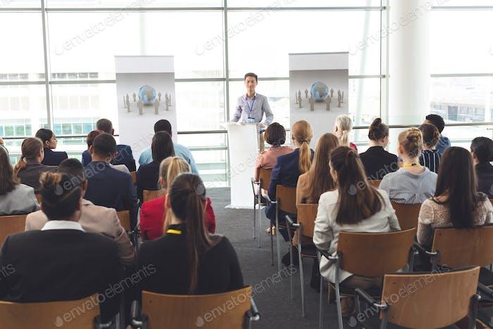 Geschäftsmann spricht vor Geschäftsleuten sitzen auf Business-Seminar im Bürogebäude