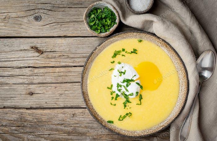 Polenta, Brei mit Parmesankäse und pochiertem Ei,