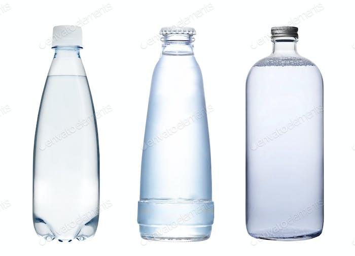 Wasserflaschen isoliert auf weiß