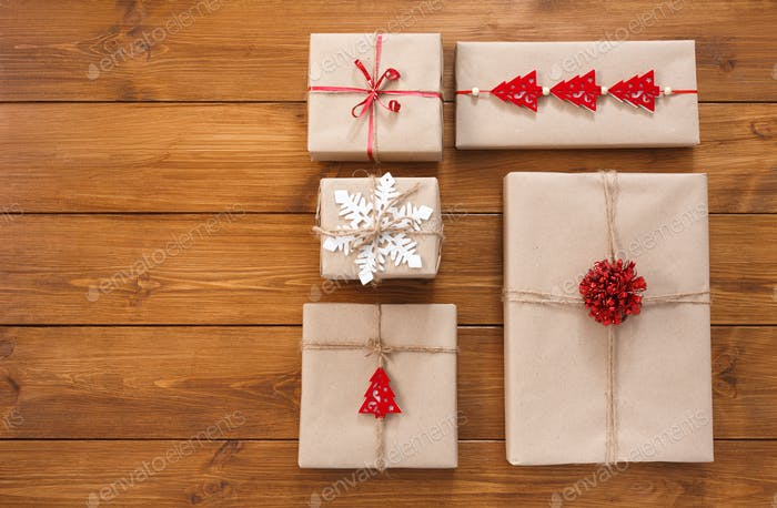 Geschenkboxen auf Holz, Weihnachtsgeschenke in Bastelpapier