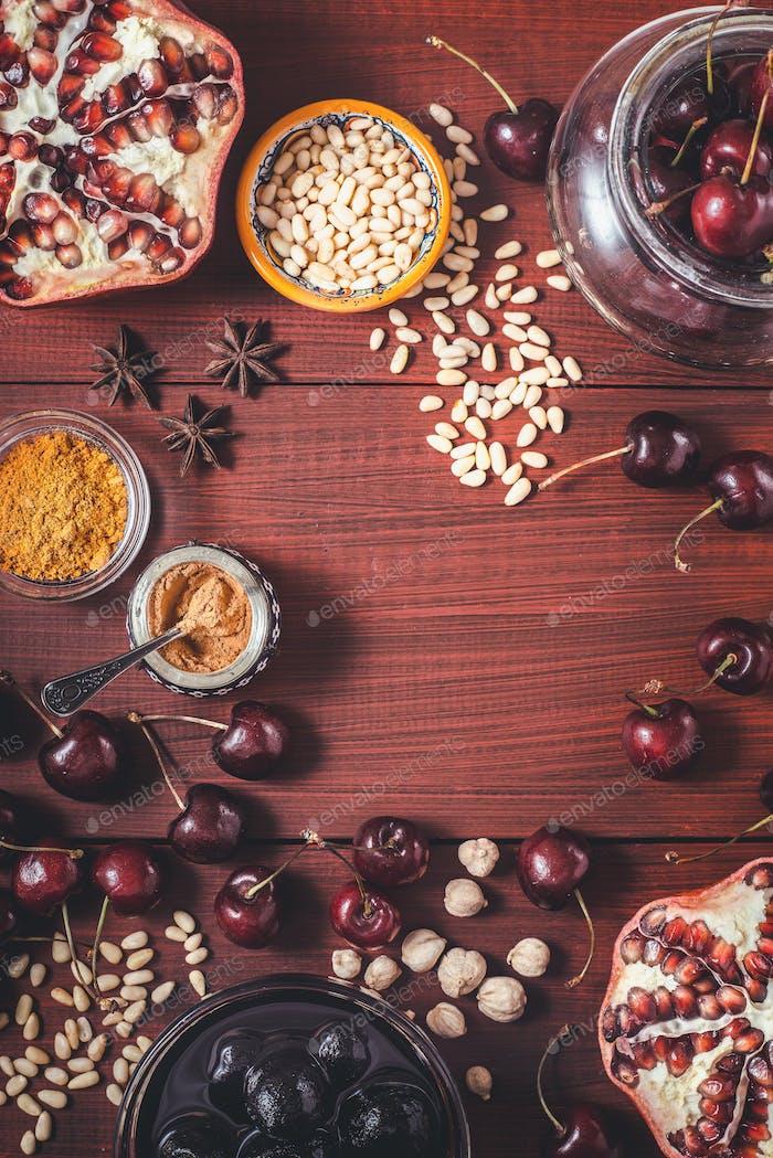 Verschiedene Früchte und Gewürze auf dem roten Holztisch. Konzept der orientalischen Früchte