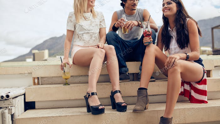Junge Leute mit einer Dachterrasse Party