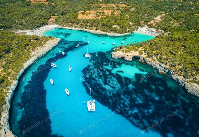 Luftaufnahme von Booten, Luxusyachten und transparentem Meer