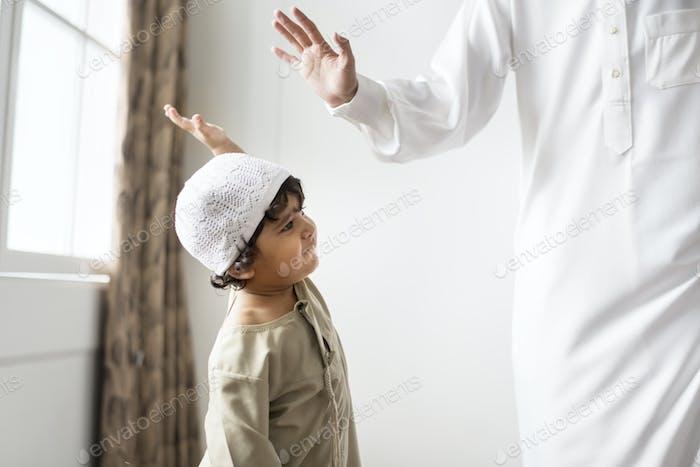 muslimische junge geben ein hohe fünf