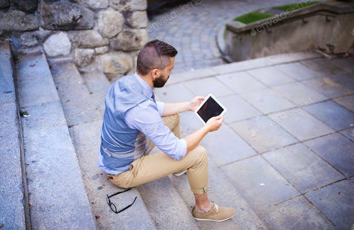 Hipster Geschäftsmann mit digitalem Tablet