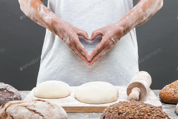Panadero preparando delicioso pan fresco y pastelería