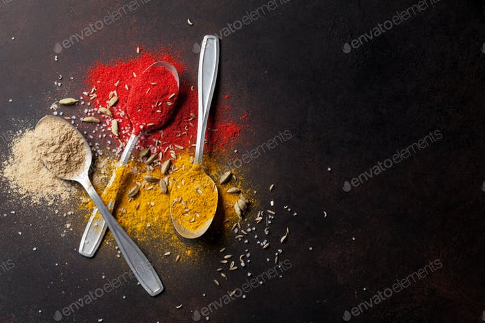 Verschiedene Gewürze Löffel auf Steintisch
