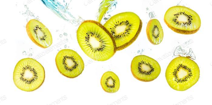 Kiwi Scheiben fallen in Wasser und sinkende Hintergrund Obst Produkt