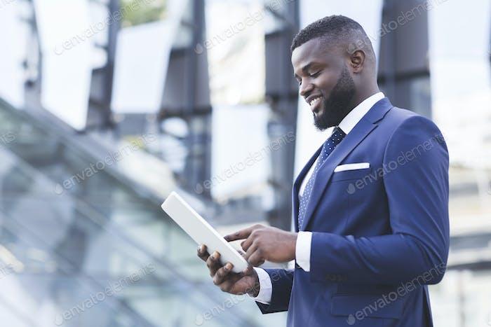 Erfreut Schwarz Geschäftsmann mit Digital-Tablet Stehen im Freien, Kopierraum