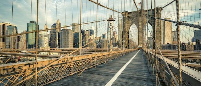 Berühmte Brooklyn Bridge am Morgen