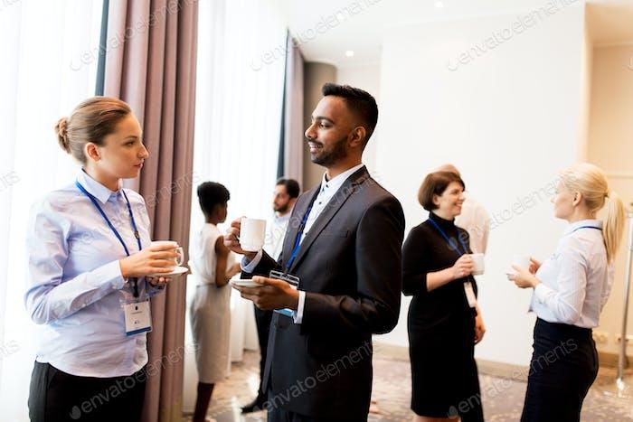 Happy Business Team auf internationaler Konferenz