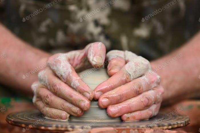 Keramiktopf auf dem Töpferrad
