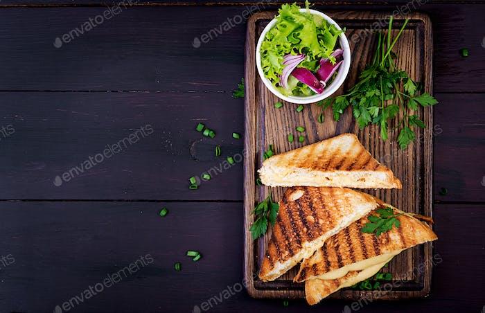 Amerikanisches Heißkäse-Sandwich. Hausgemachtes gegrilltes Käse-Sandwich zum Frühstück. Ansicht von oben