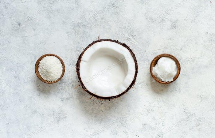 Kokosöl und Mehl in Schüsseln