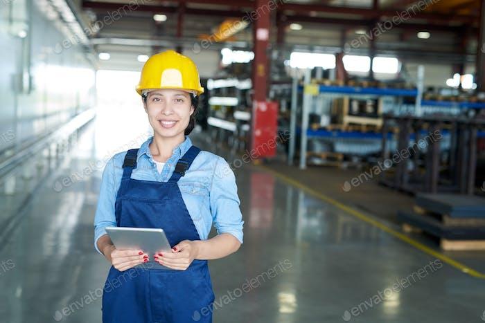 Weibliche Ingenieurin in der Fabrik