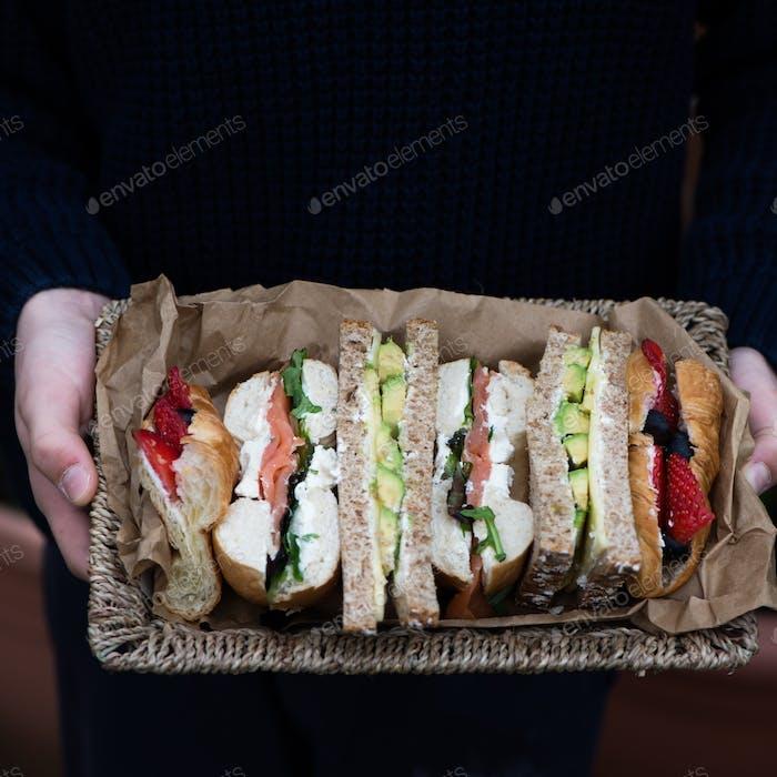 Set von verschiedenen Sandwiches in einem Korb