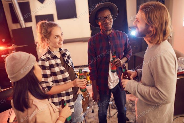 Gruppe junger Menschen entspannt im Musikstudio