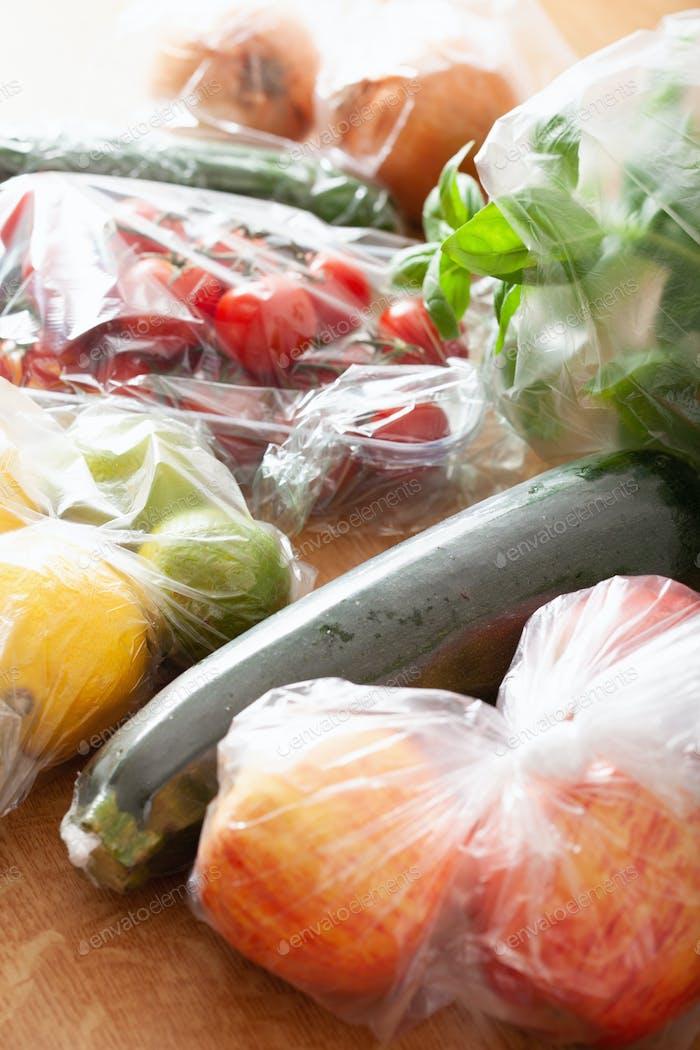 Einmalgebrauch Plastikmüll Problem. Obst und Gemüse in Plastiktüten
