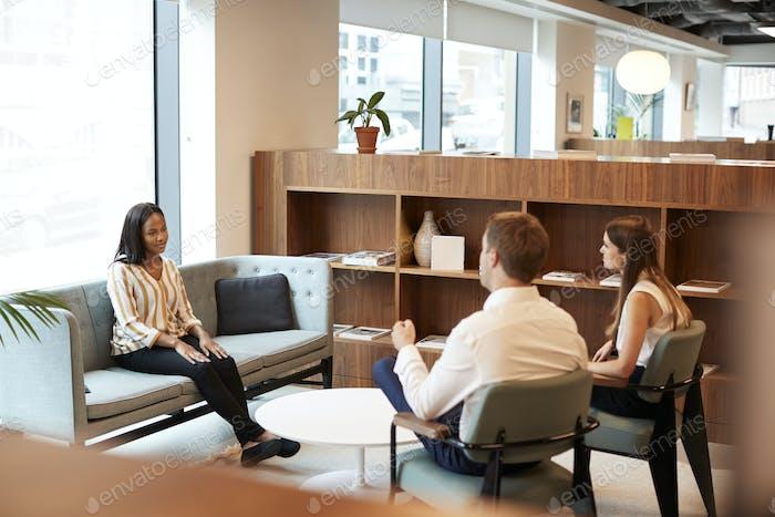 Empresario Y Empresaria Entrevista Mujer Candidata En El Despacho