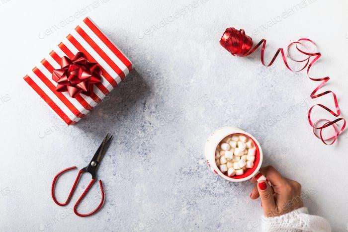 Vorbereitung für Weihnachtsferien. Weibliche Hände Wrapping Geschenk-Box