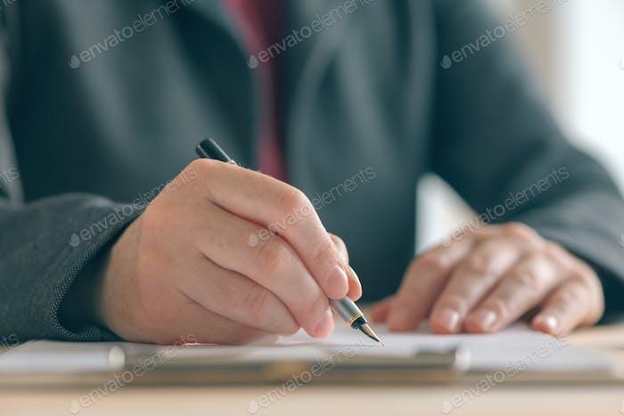 Nahaufnahme der Geschäftsfrau Hände Unterzeichnung Vertrag und Business-ag