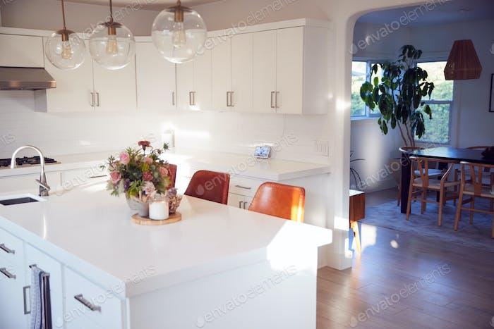 Innenansicht Von Schöne Küche Mit Insel Zähler Blick Auf Esszimmer In Neues Familienhaus