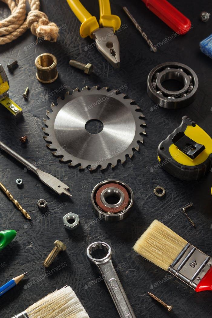 Werkzeuge und Instrumente auf schwarz
