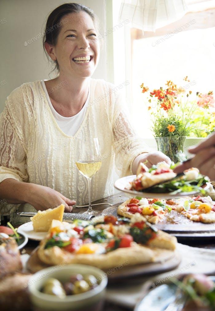Frau genießen ein Pizza-Abendessen