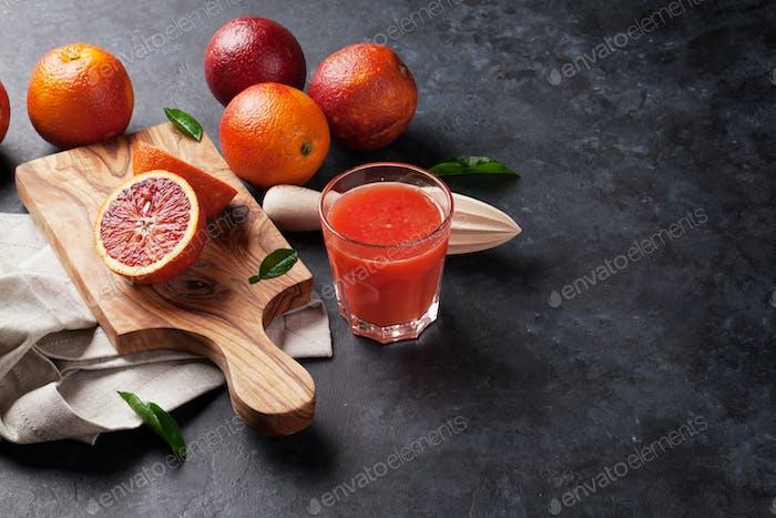Frische reife rote Orangen und Saft