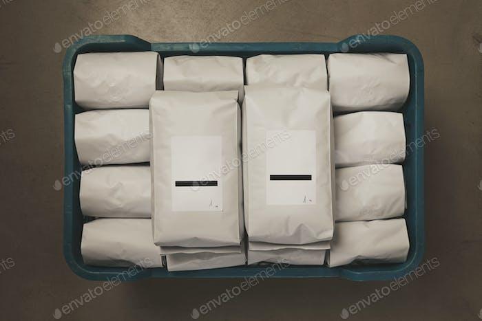 Weiß gefüllt mit Kaffee oder Tee versiegelten Verpackungen in Plastikbox