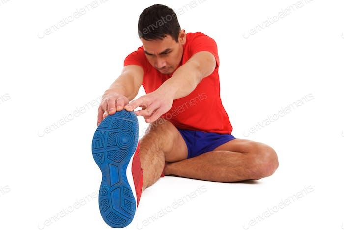 Среднего возраста мужчина делает растяжку тренировки