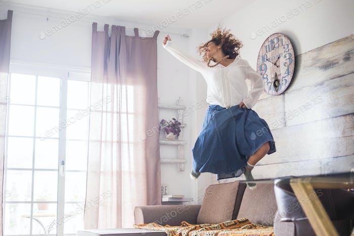 schöne kaukasische Frau springen zu Hause