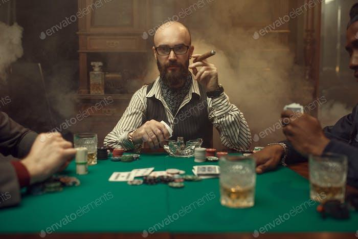 Bärtiger Pokerspieler mit Zigarre, Casino