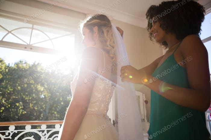 Kosmetikerin Anpassung Schleier auf Braut Haar zu Hause