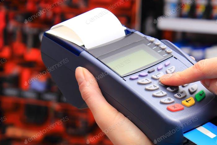 Zahlung mit Kreditkarte im Shop, persönliche Identifikationsnummer eingeben