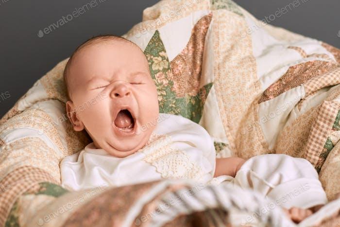 Gähnen eines Säuglings