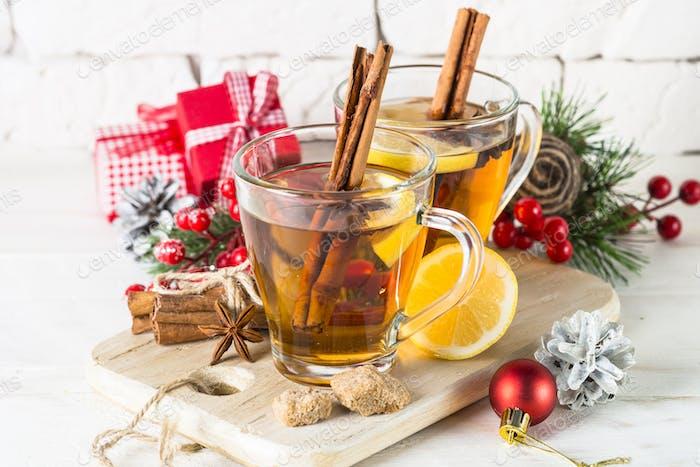 Weihnachten heißer Tee mit Zitrone, Gewürzen und Dekorationen