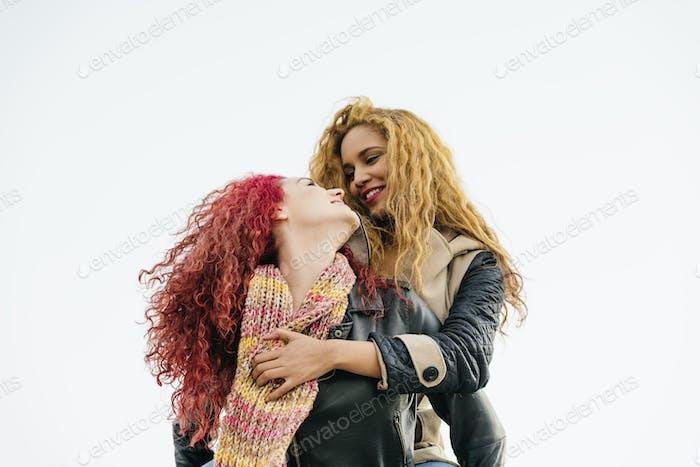 Llifestyle Mode-Porträt von zwei ziemlich fröhlichen Mädchen Freunde.