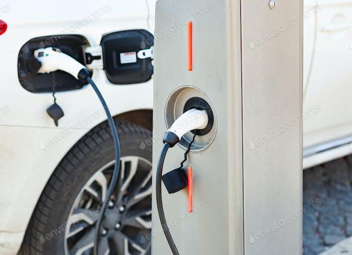 Stromversorgung zum Aufladen von Elektroautos.