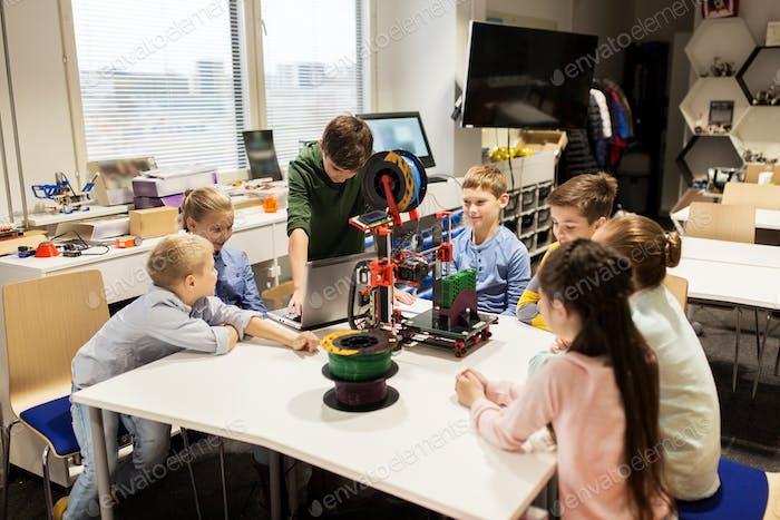 glückliche Kinder mit 3D Drucker an der Robotikschule