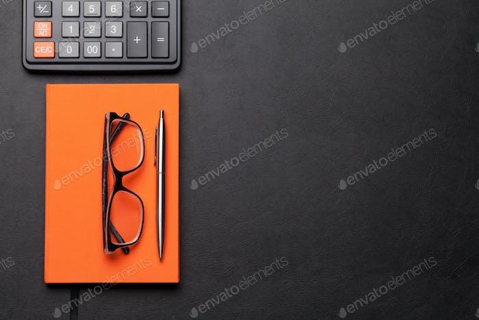 Bürotisch mit Brille, Zubehör und Taschenrechner