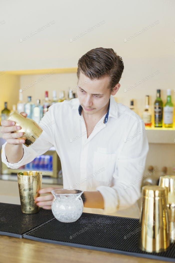 Barkeeper macht Drink an der Theke im libanesischen Restaurant