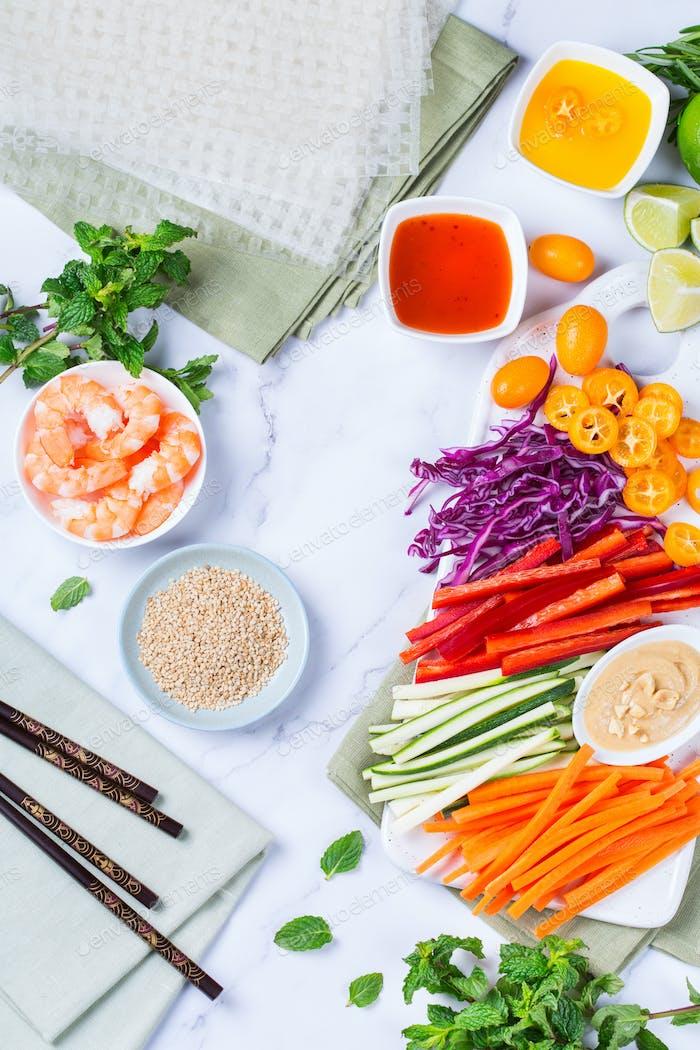 Frühlingsrollen Zubereitung mit Reispapier, Garnelen und Gemüse