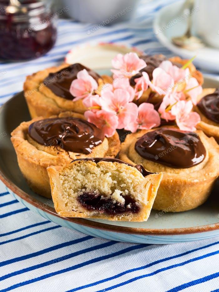 Kuchen mit Frangipan, Kirschmarmelade und Schokolade