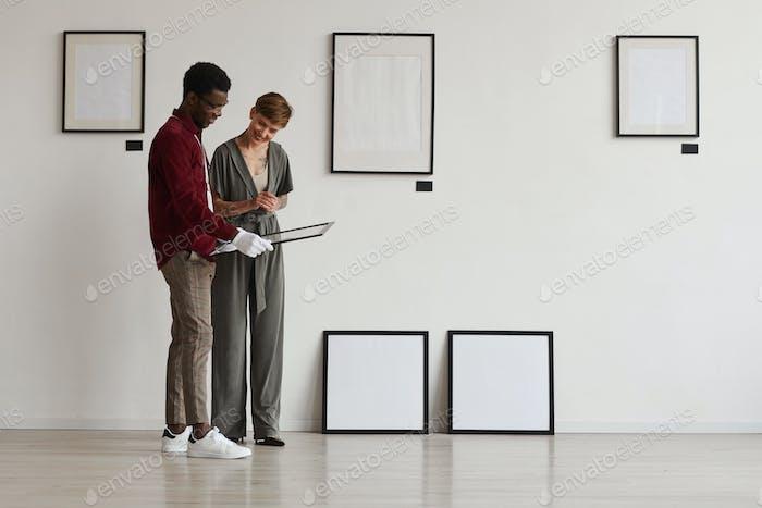 Menschen, die Kunstgalerie im Museum planen