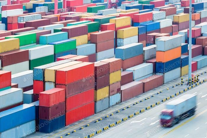 Крупный план контейнерного двора