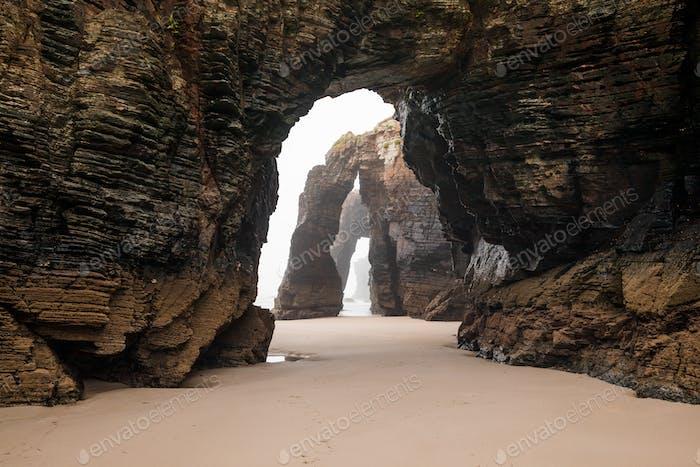 Arcos de Rock natural en la Playa de las Catedrales en marea baja